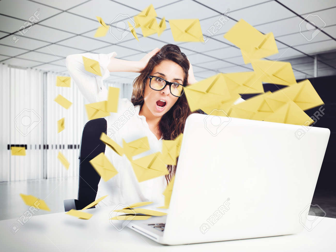 Desperate woman in office for too many e-mail Standard-Bild - 62052004