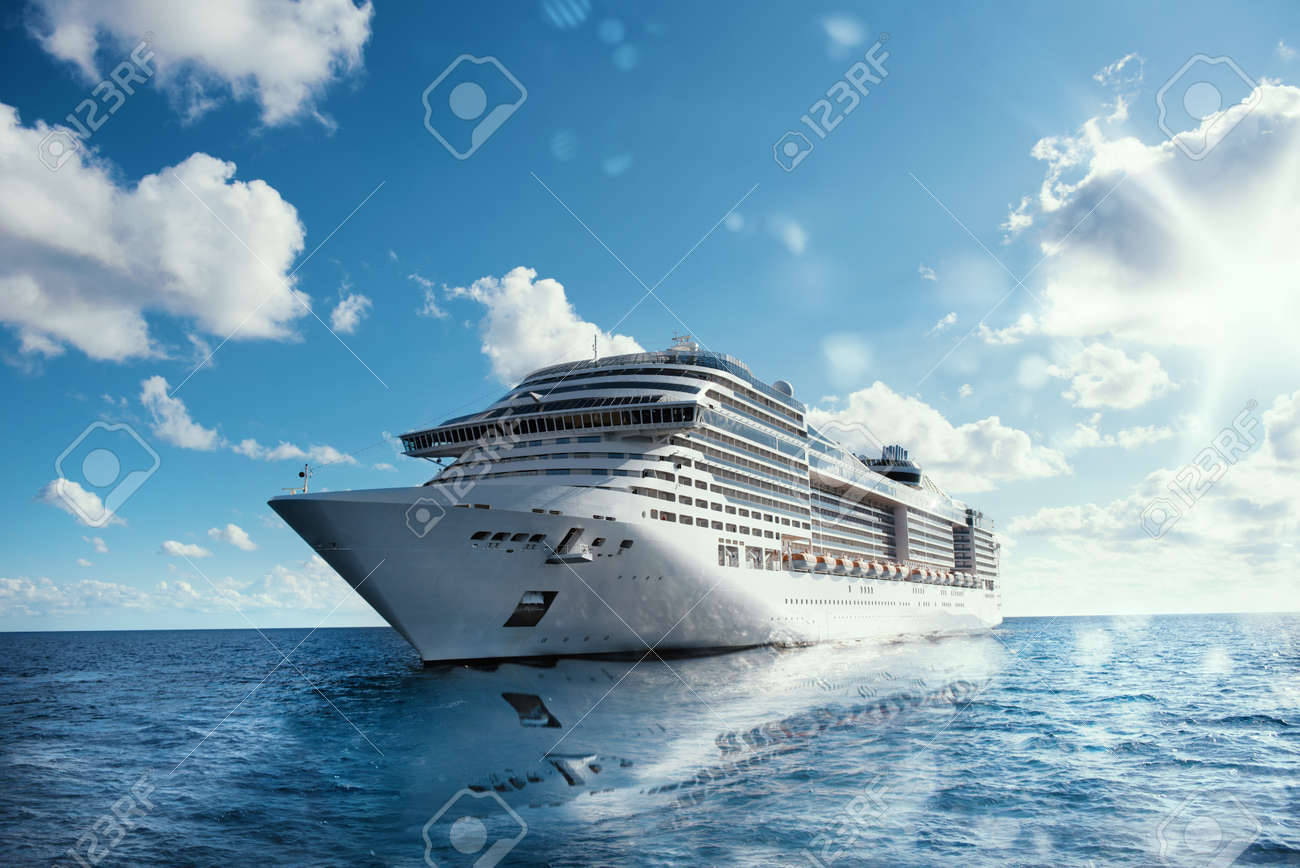 Cruising at sea with reflection on water - 62101401