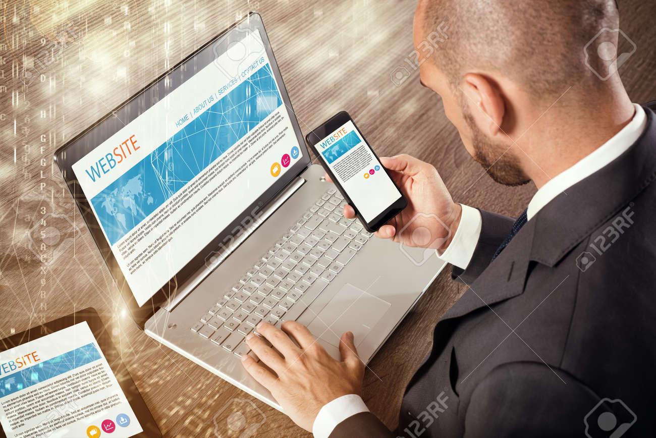 Homme d affaires assis à un bureau avec tablette pour ordinateur