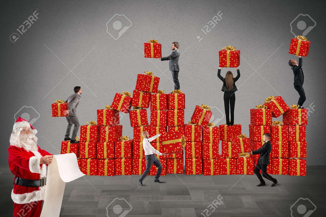 Die Menschen Arbeiten Zusammen, Um Die Weihnachtsgeschenke Zu ...