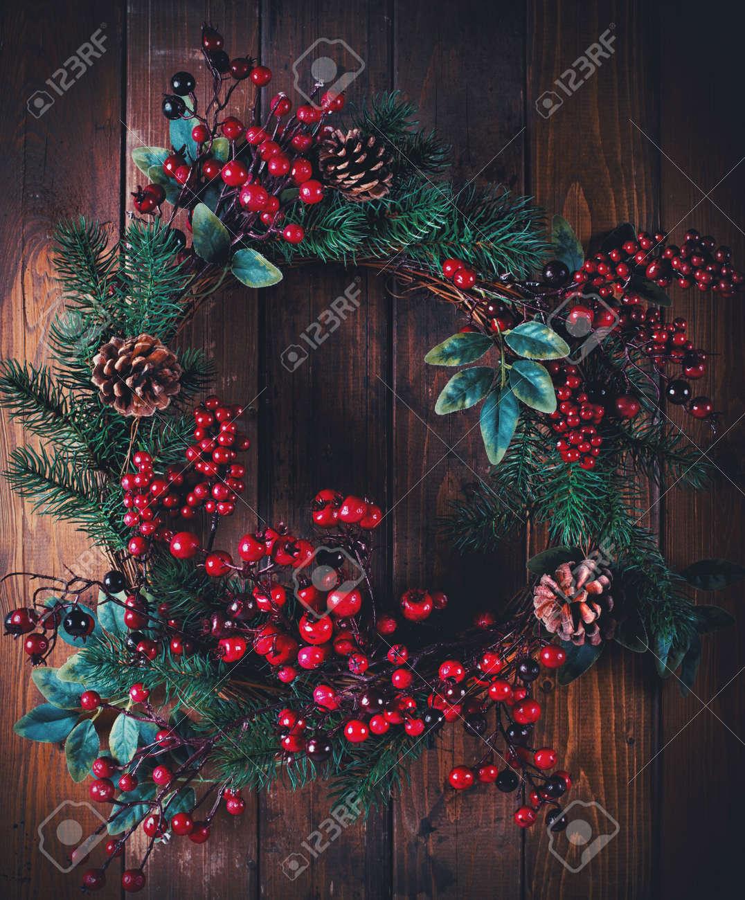 elegant decoracin de corona de navidad con pias y bayas de espino en el fondo de madera with de navidad con pias with adornos navidad con pias - Adornos De Navidad Con Pias