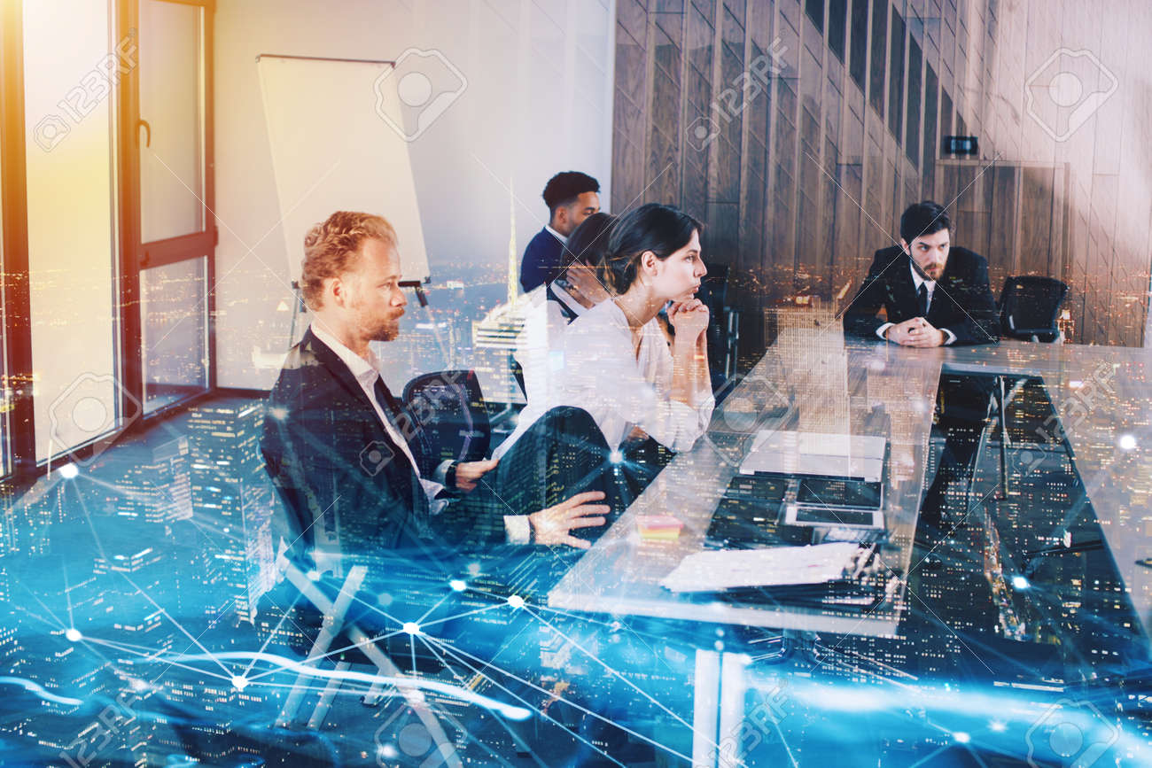 Businessperson in office with network effect. concept of partnership and teamwork - 85615839