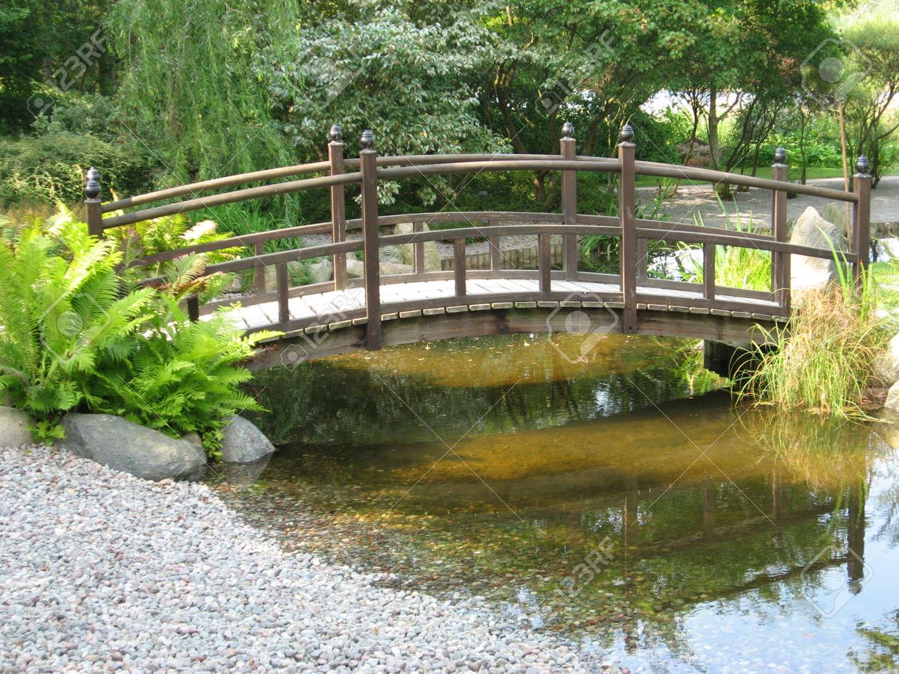 Japanischer Garten Mit Kleiner Brücke Lizenzfreie Fotos, Bilder Und ...