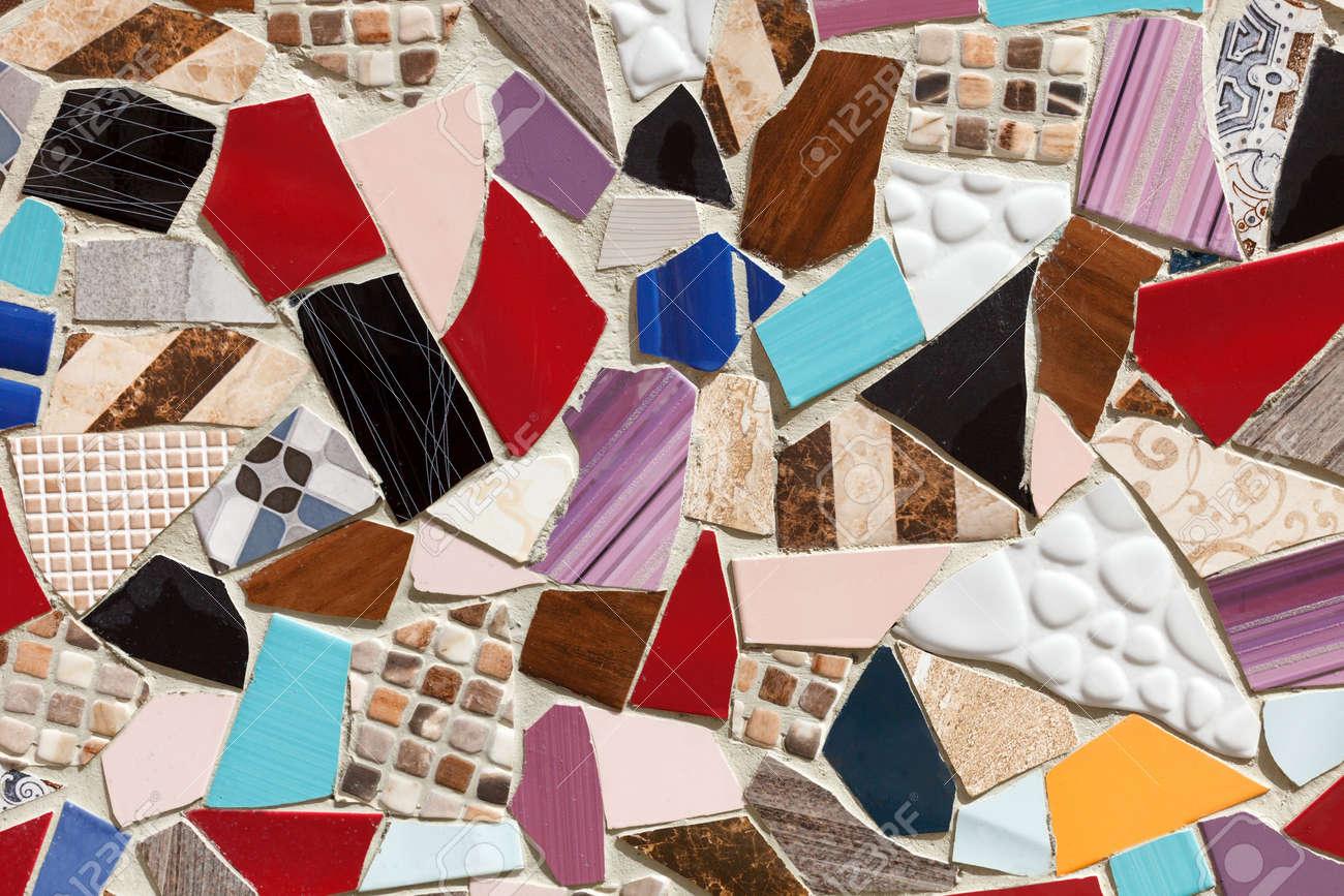 Piastrelle Di Ceramica Decorate.La Parete E Decorata Con Pezzi Di Piastrelle Di Ceramica