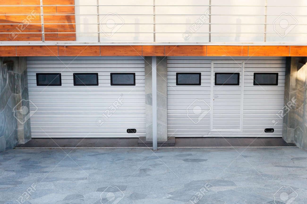 Luxury Garage Doors >> Modern Double White Garage Doors In A Luxury House