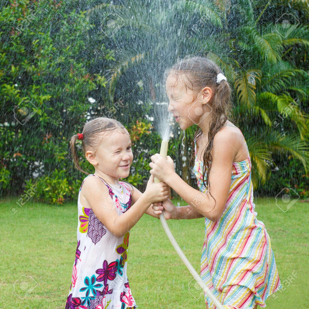 маленькие девочки две маленькие девочки играют в саду Фото со стока - 16827202
