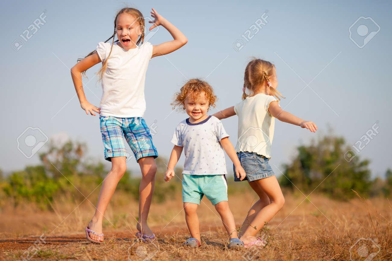 Фото с маленькими девочкой и мальчиком 9 фотография