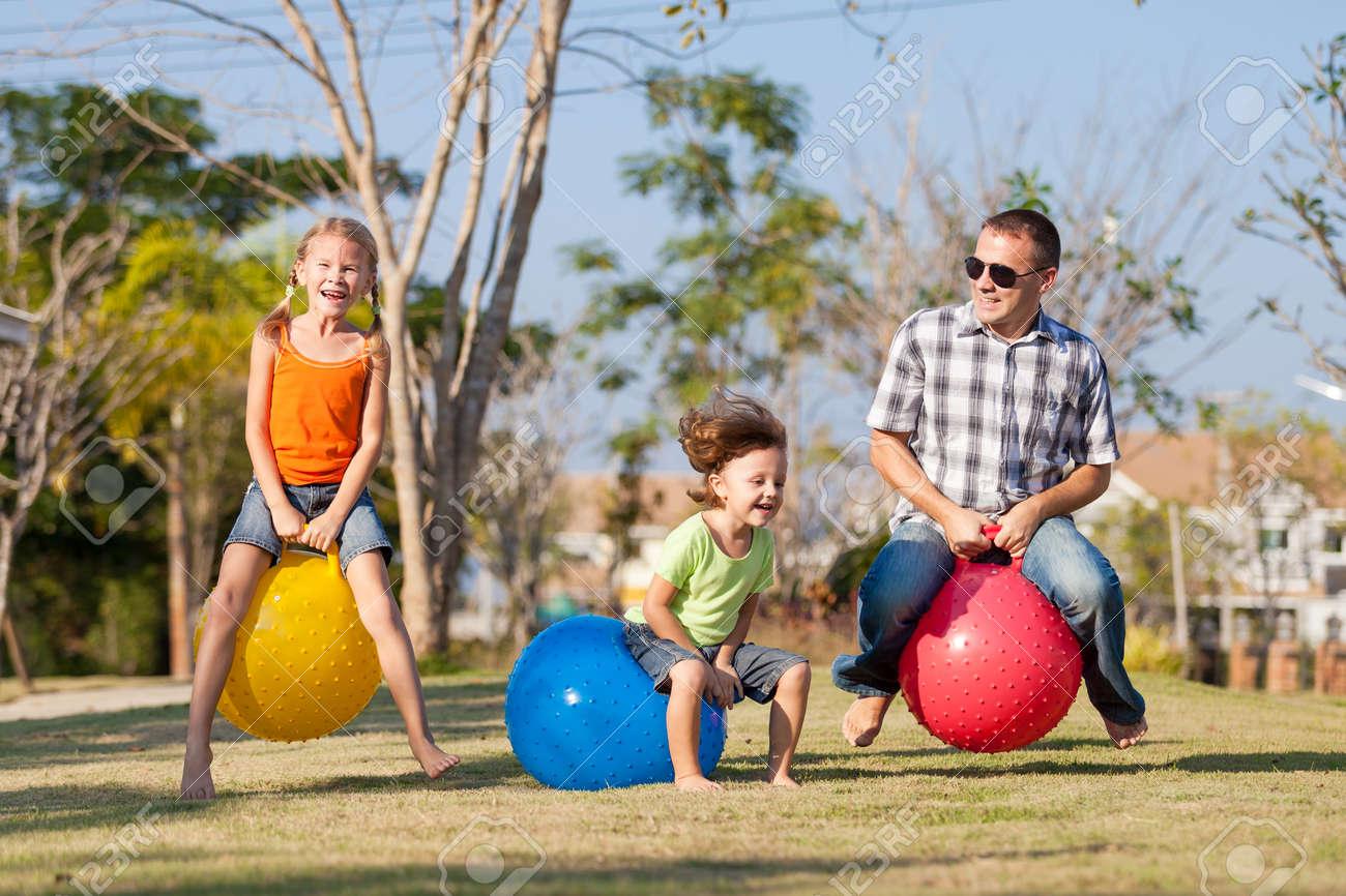 Immagini Stock Papà E Bambini Che Giocano Sul Prato Davanti Alla