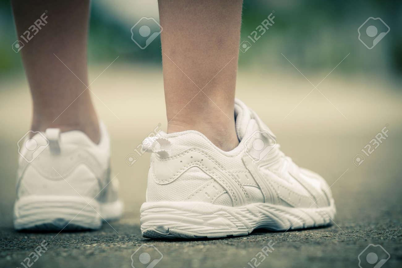 Soleado Verano Piernas Zapatillas De Durante Blancas Juventud En Las El Camino Muchacha Día La yYbf67gIv