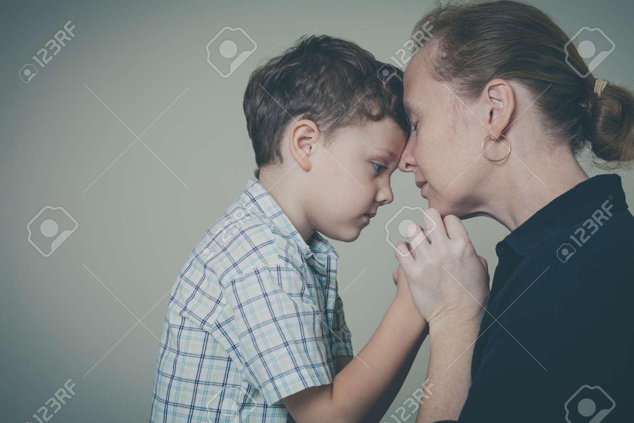 Figlio che esce con sua madre