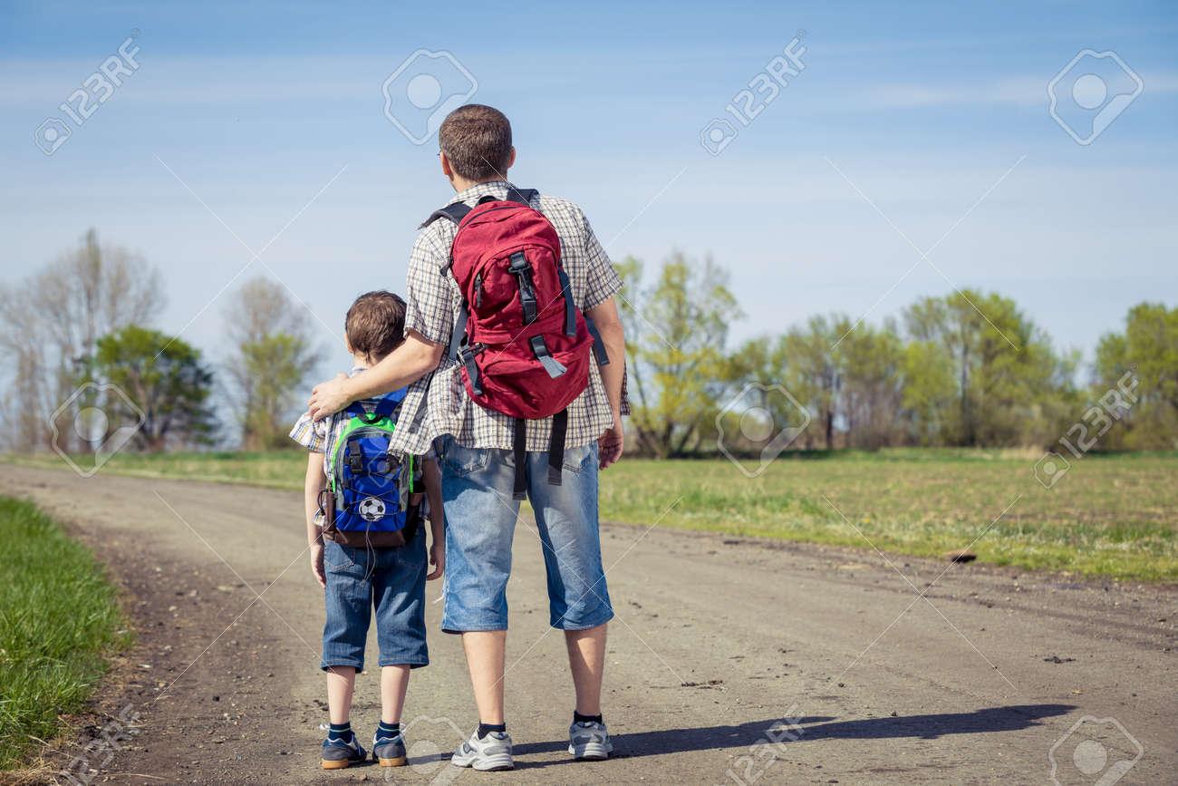 Père Et Fils Marchant Sur La Route Au Moment De La Journée. Les ...
