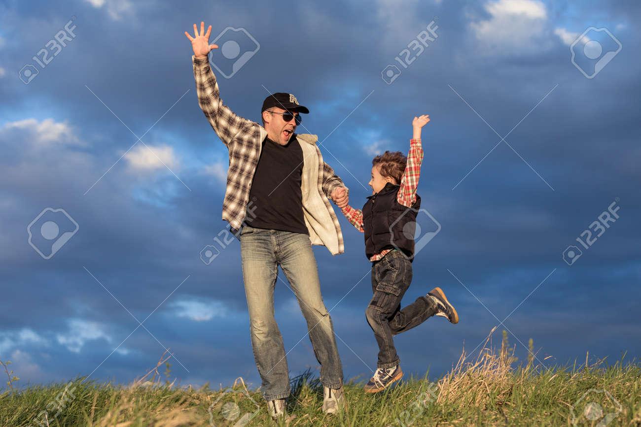 Père Et Fils Marchant Sur Le Terrain à La Journée. Les Gens S ...