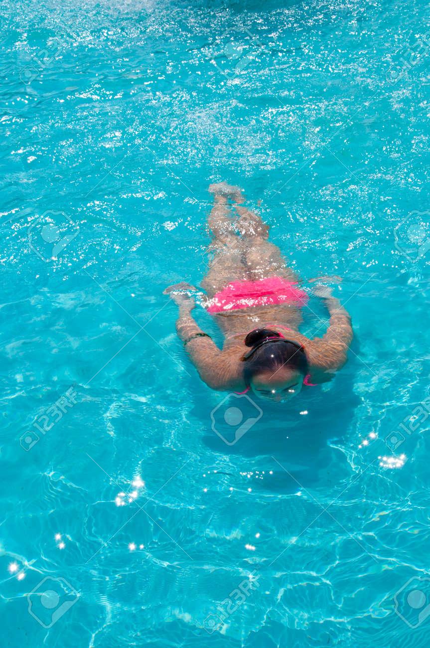 1a22ca791b41 Mujer Joven Muy Linda O Niña En La Natación Bikini De Color Rosa Bajo El  Agua Azul De La Piscina En El Mar U Océano Soleado Verano Al Aire Libre, ...