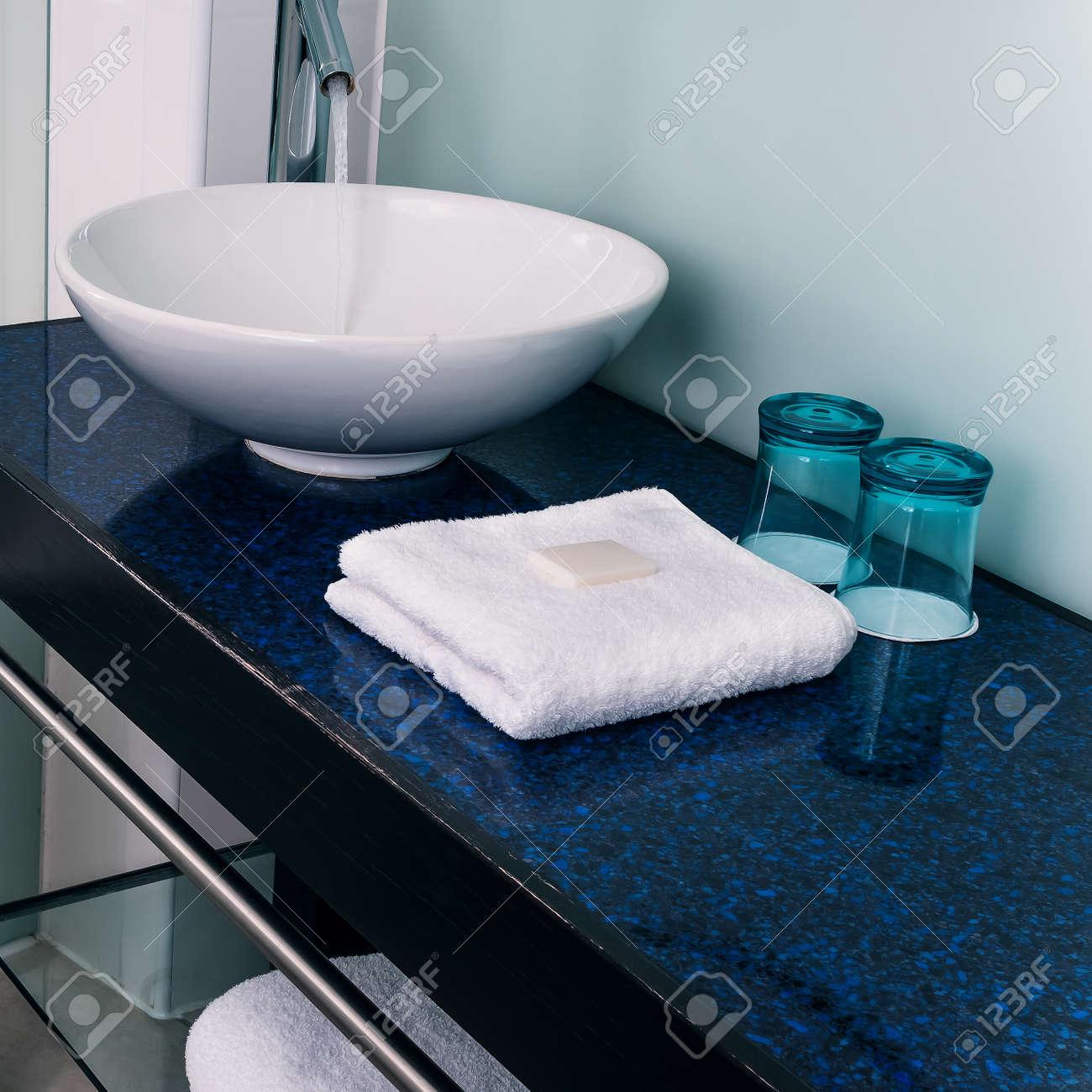 Badrum handfat motverka handdukar vattenglas blå royalty fria ...