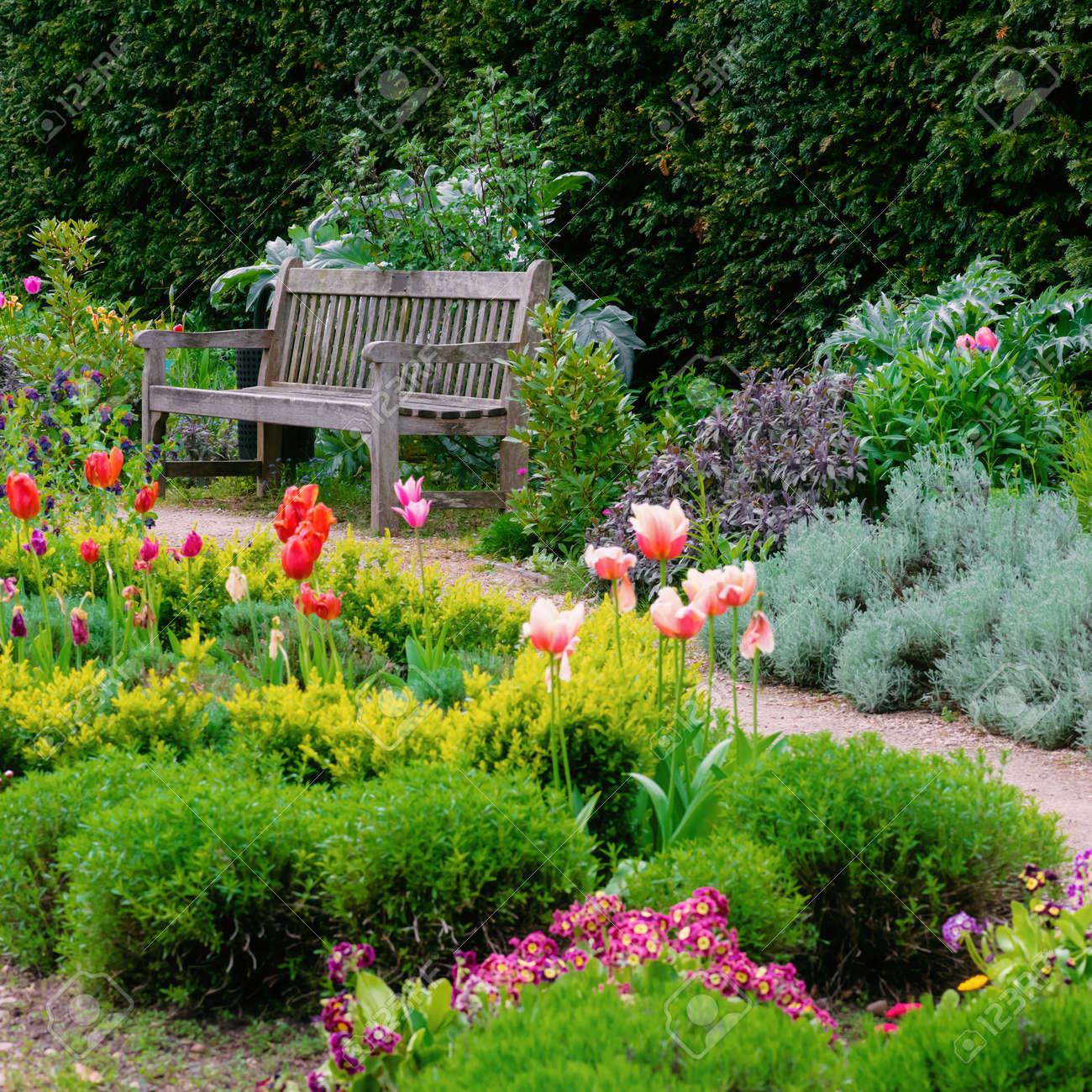 Jardin Anglais Avec Un Chemin De Promenade Menant à La Composition