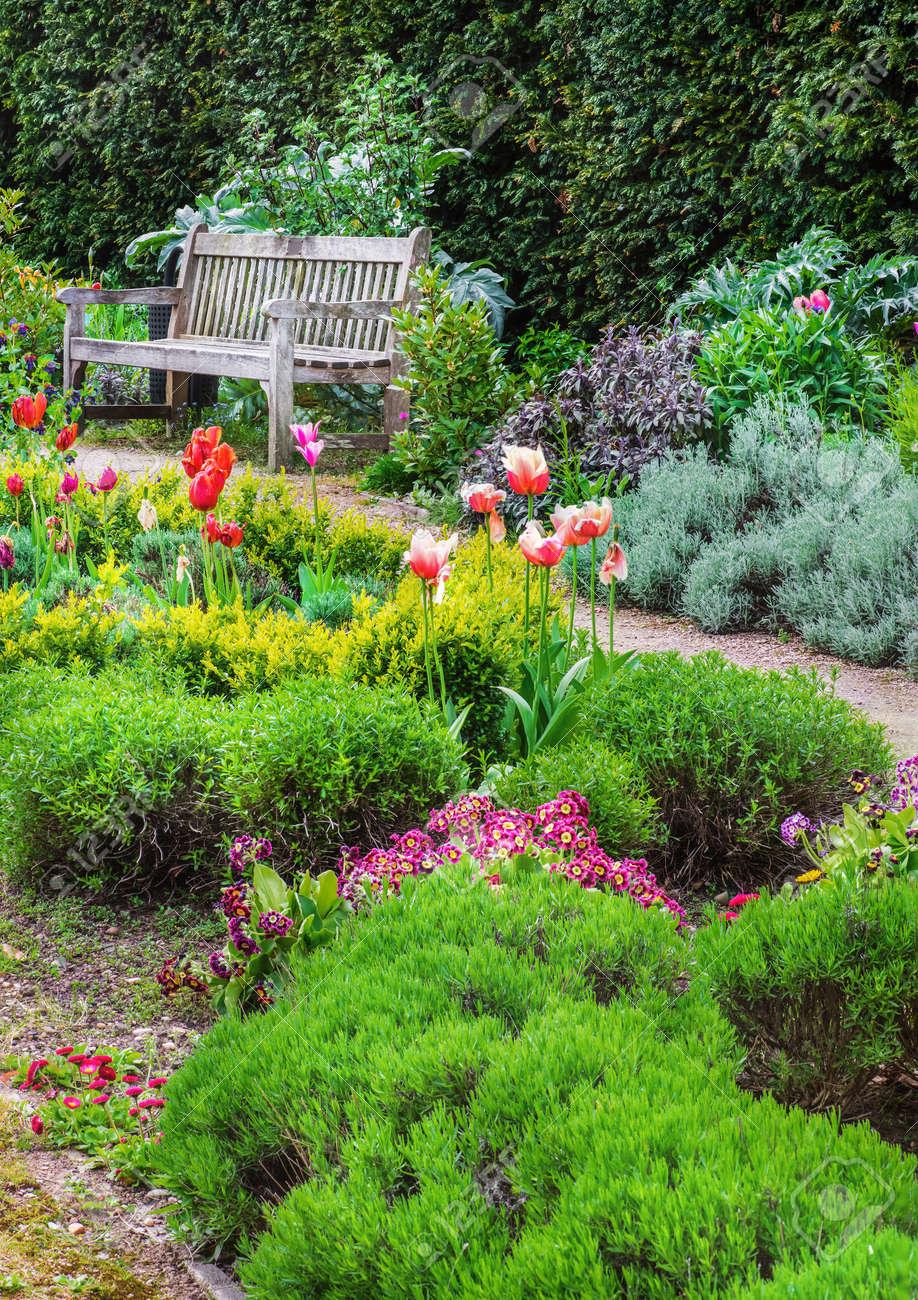 Jardin Anglais Avec Un Chemin De Promenade Menant à Vide Banc Banque