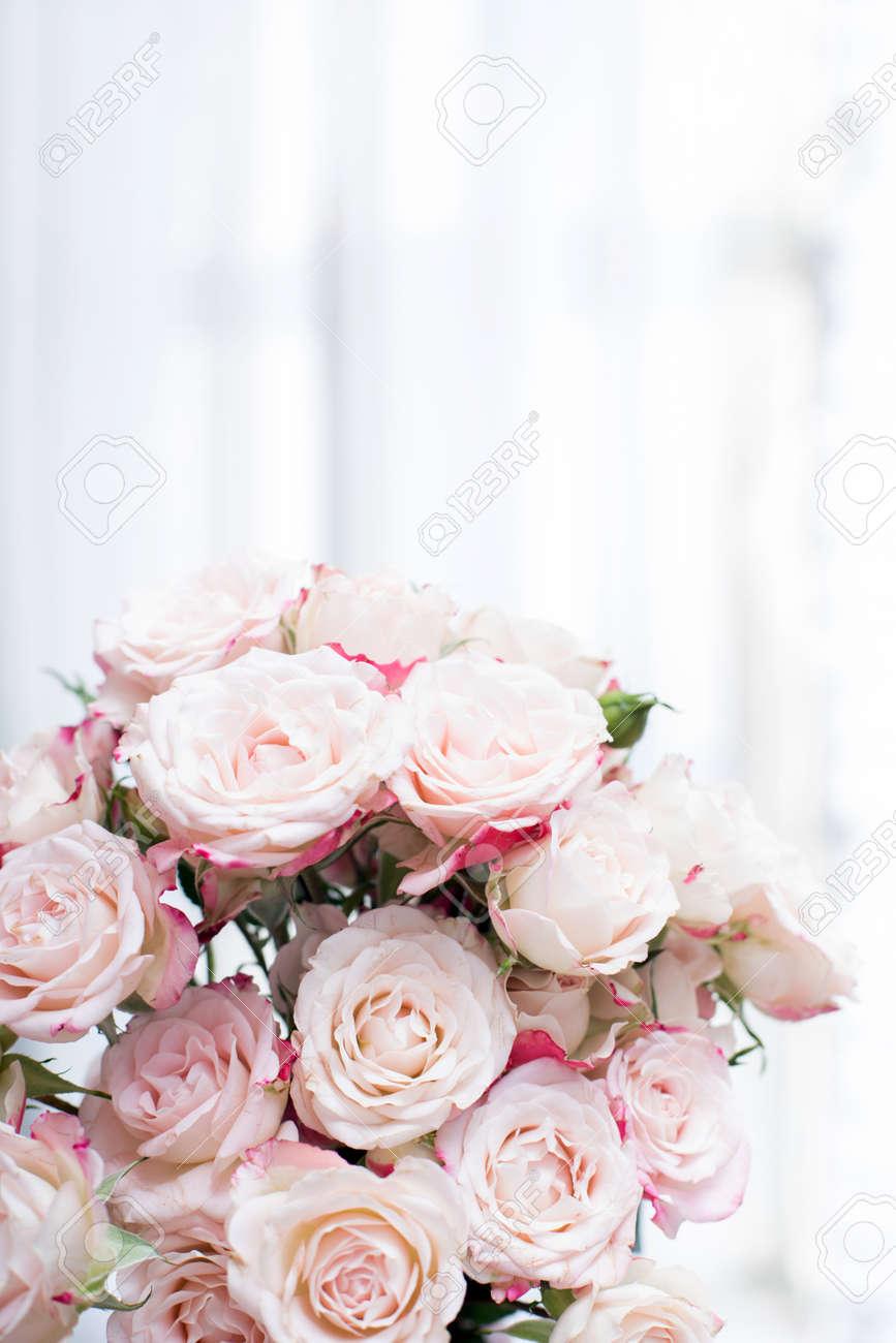 Blumenstrauss Von Rosa Rosen Auf Weissem Hintergrund Fur Hochzeit Oder