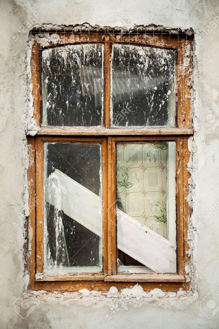 Contexte De Récapitulatif Mur En Stuc Blanc Avec Fenêtre En Bois