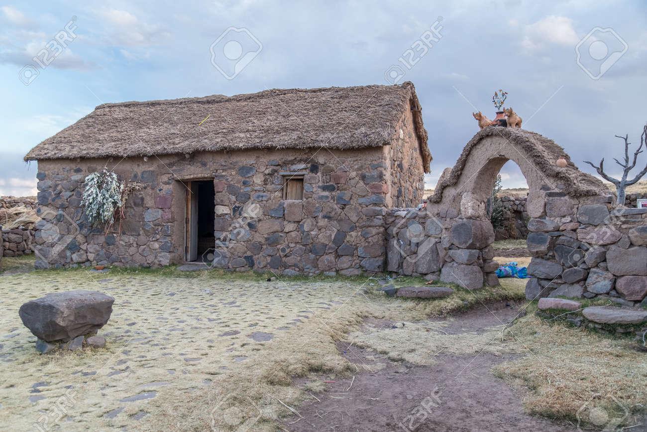 Case Di Campagna In Pietra : Cusco perù circa giugno casa di capanna in pietra e