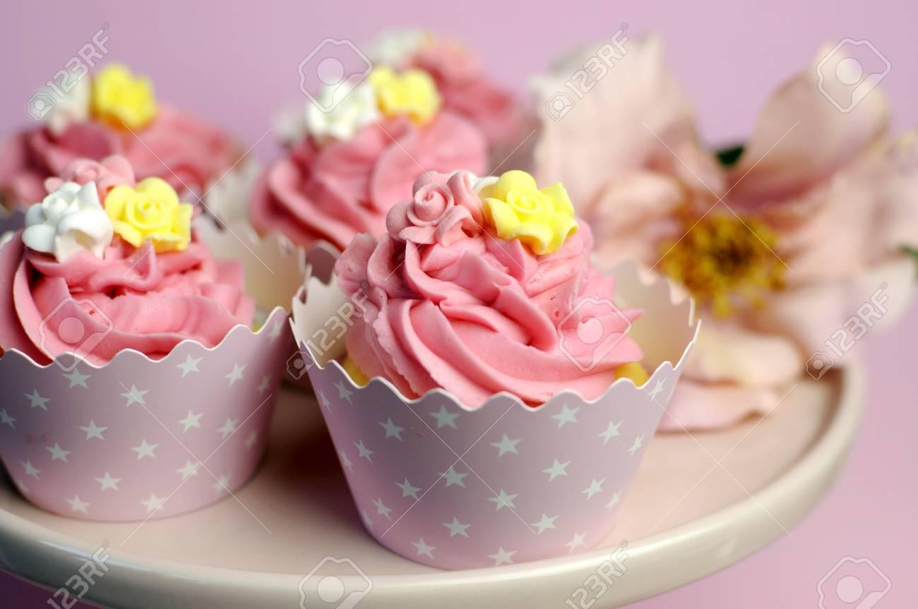 Schone Rosa Dekoriert Cupcakes Auf Rosa Kuchen Stehen Fur Geburtstag