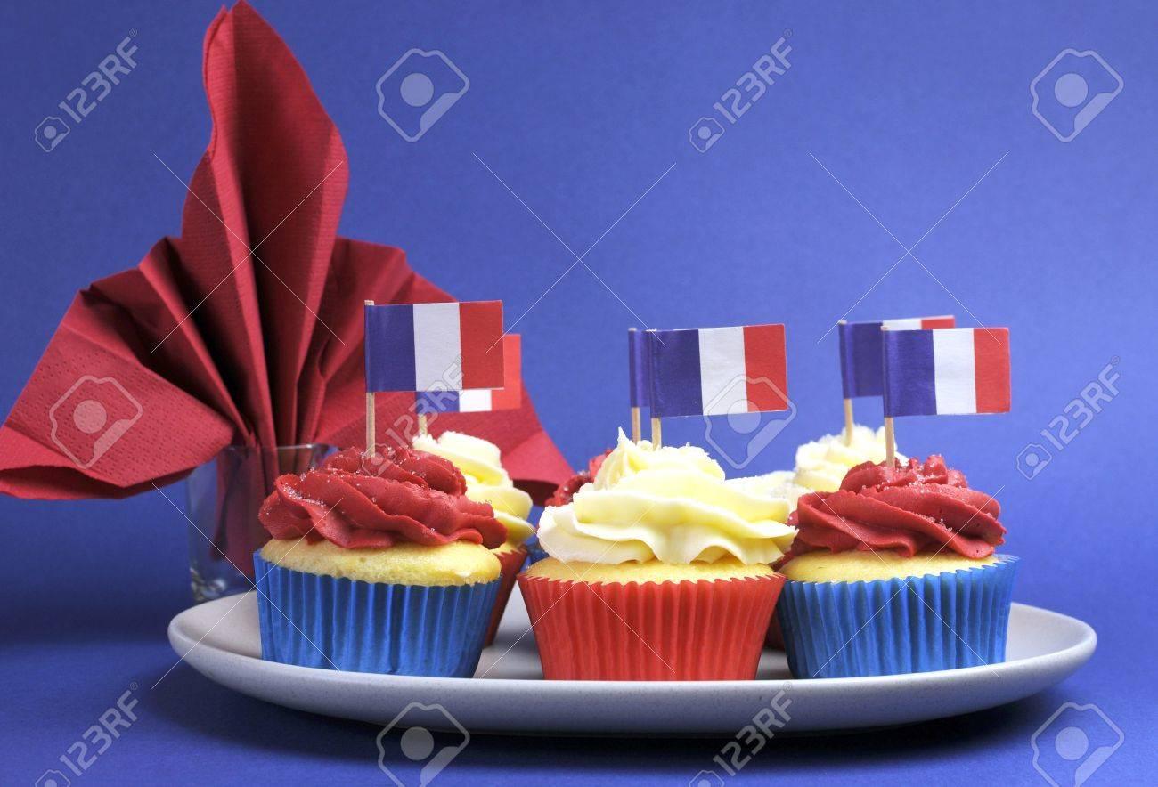 Française Thème Rouge Mini Gâteaux Gâteau Blanc Et Bleu Avec Des