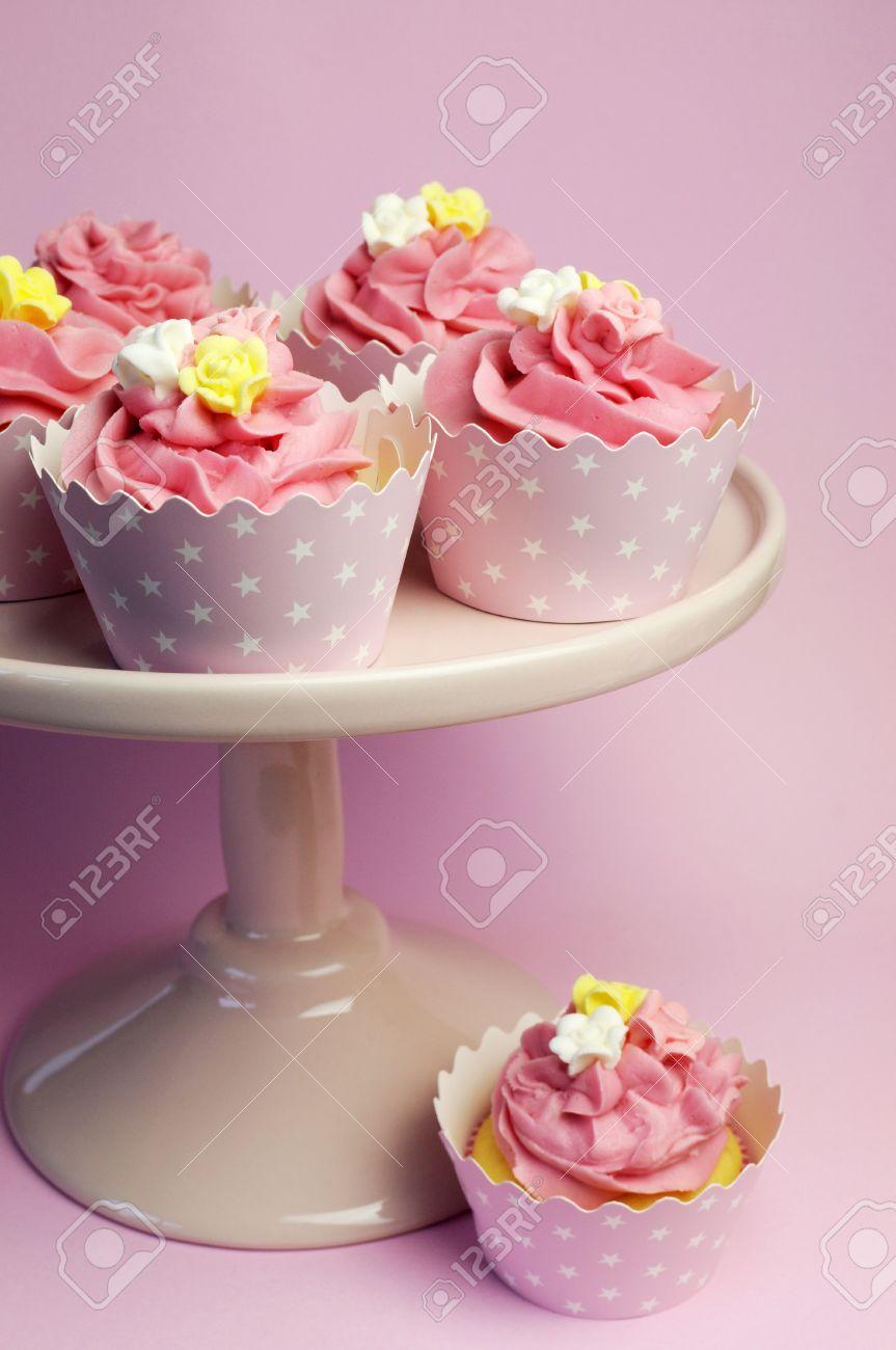 Schone Rosa Cupcakes In Sterne Halter Auf Rosa Kuchen Stehen Fur