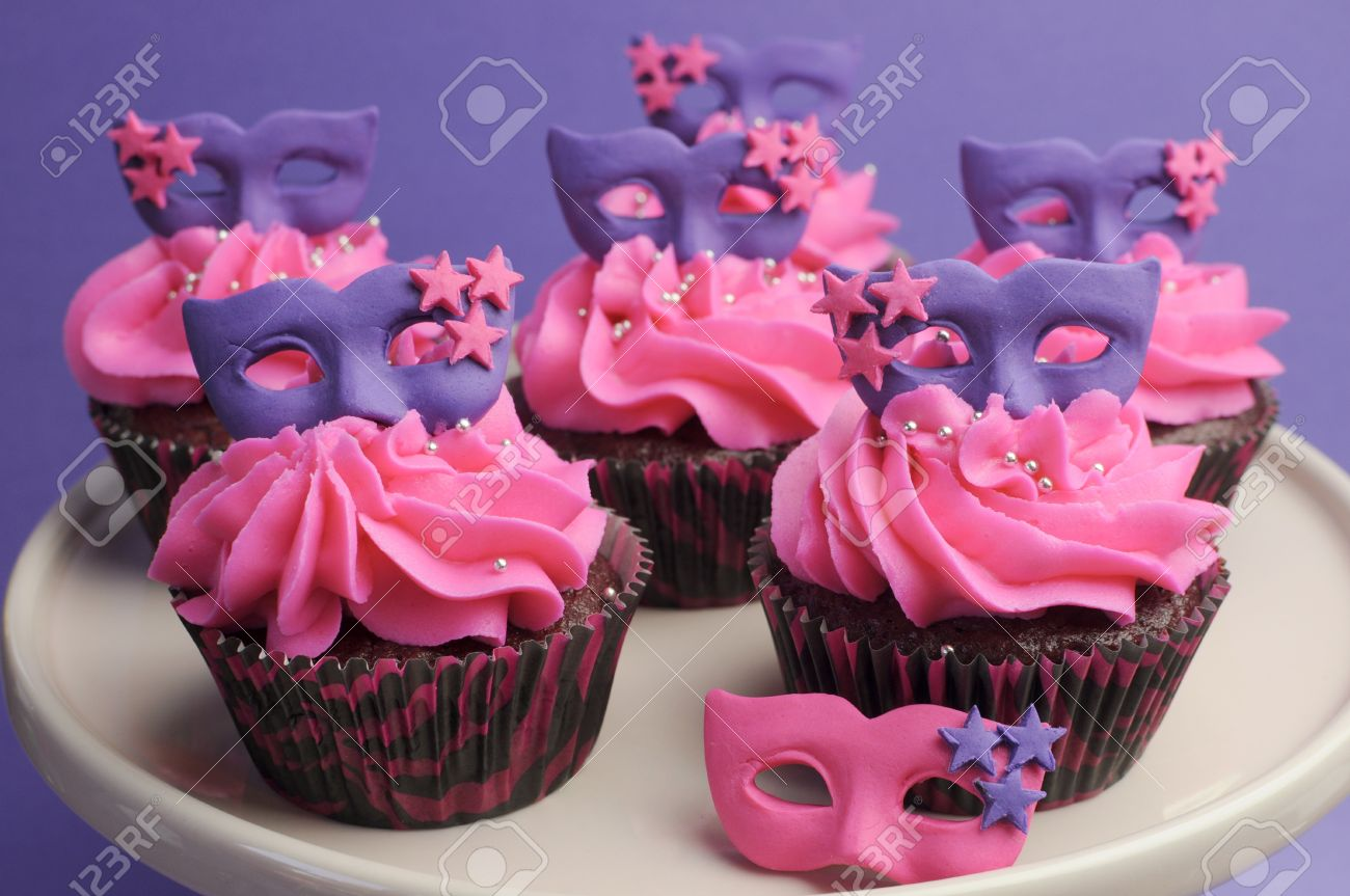 pink and purple masquerade masks decorated party cupcakes with pink frosting for teenage birthday