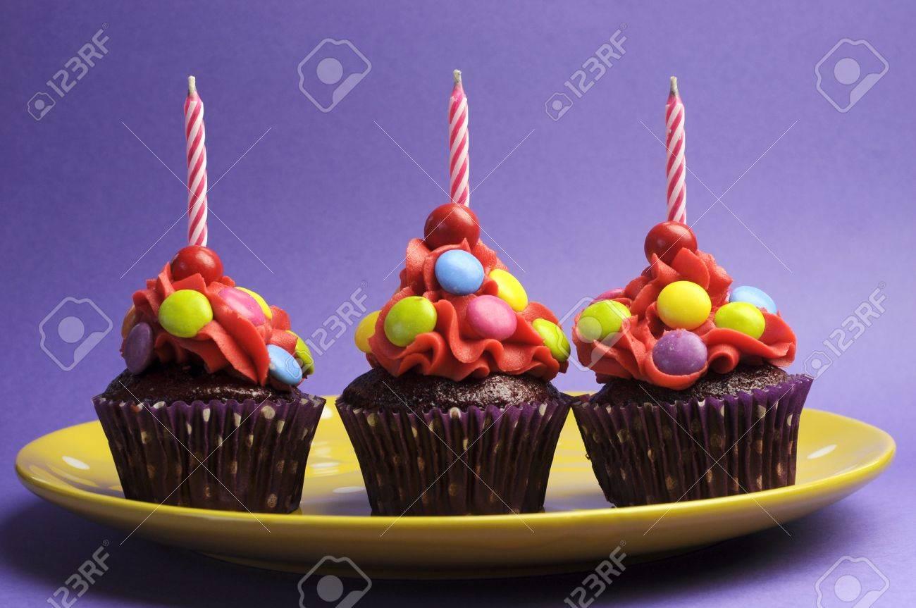Tres Dulces Brillante Cubierta Cupcakes Con Velas De Cumpleaños ...