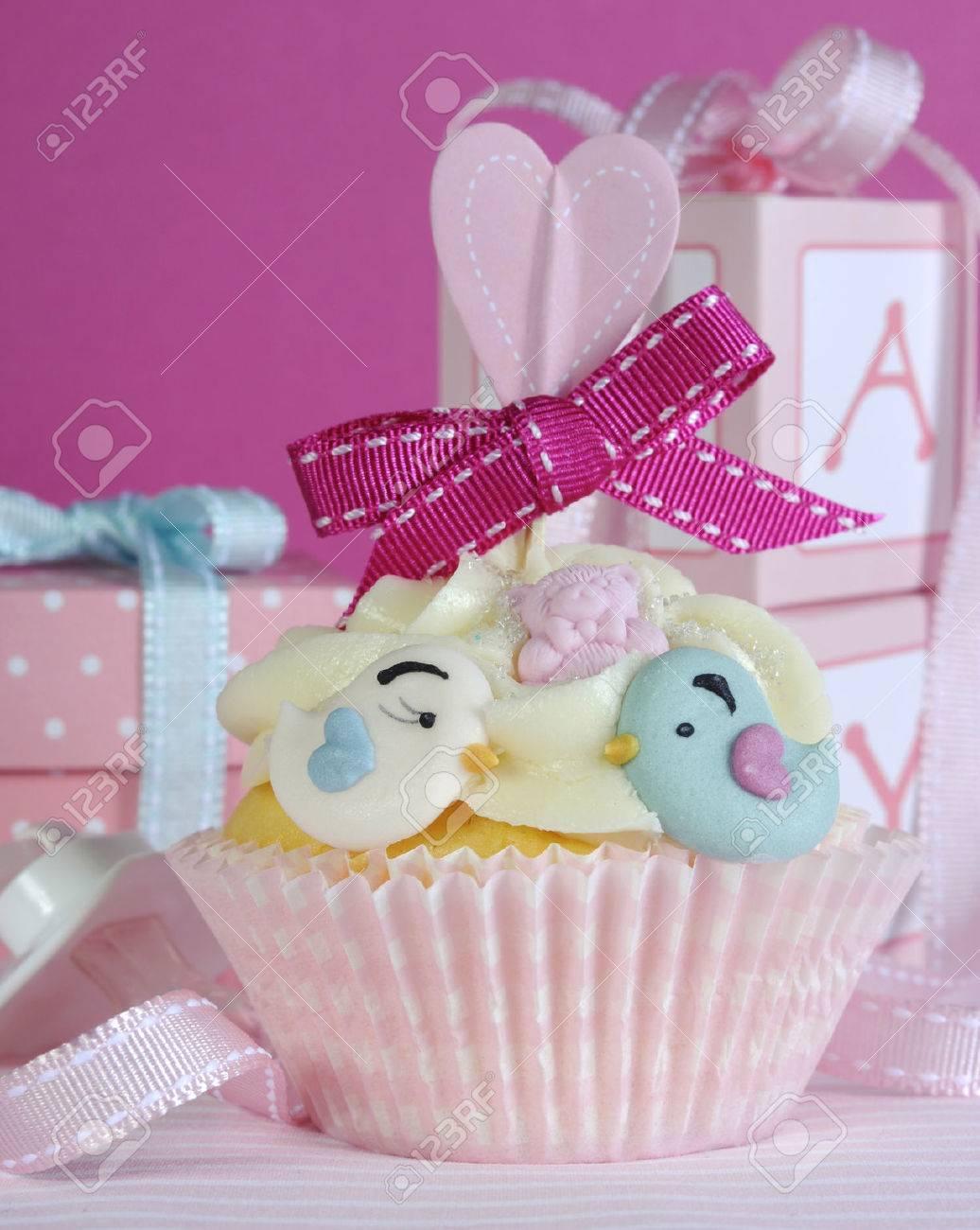 Baby Madchen Kuchen Mit Niedlichen Vogeln Und Farbband Nahaufnahme