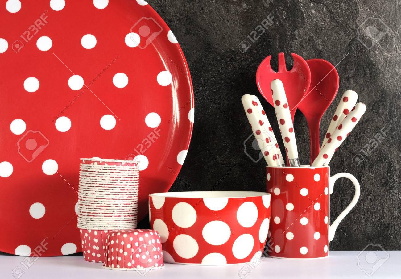 Modern rood en witte stip keuken met grote schotel plaat, cupcake ...