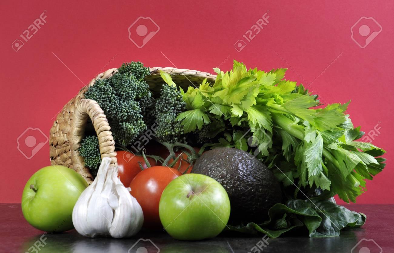Gesunde Ernahrung Gesunde Lebensmittel Mit Einkaufskorb Mit Gemuse