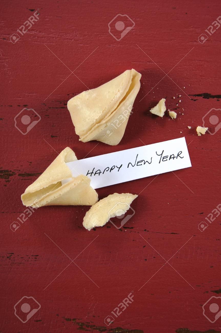 Bonne Message De Nouvel An Salutation à Lintérieur Du Nouvel An Chinois Biscuit De Fortune Sur Le Rouge Recyclé Fond Du Bois Vertical