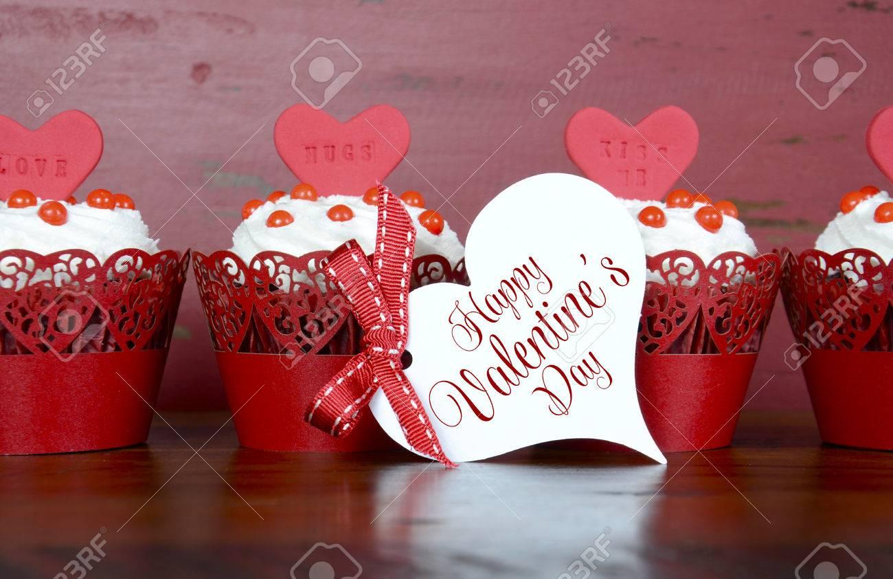Happy Valentine Rotem Samt Cupcakes Mit Liebe Nachrichten Auf Red ...