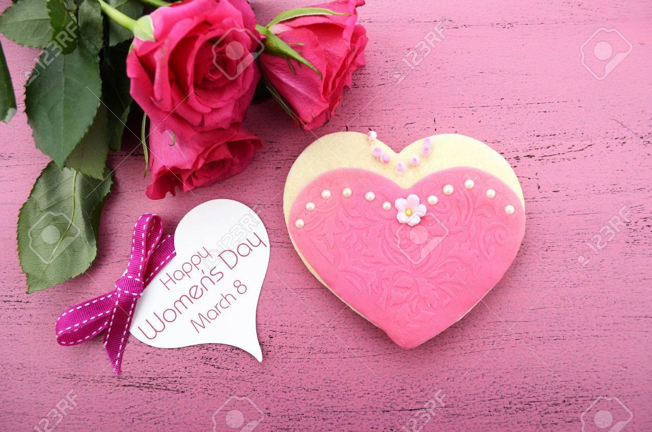 Día De La Mujer Internacional 08 De Marzo De Forma De Corazón Galletas Decoradas Como Las Señoras Vestidos De Color Rosa Con El Ramo De Rosas De