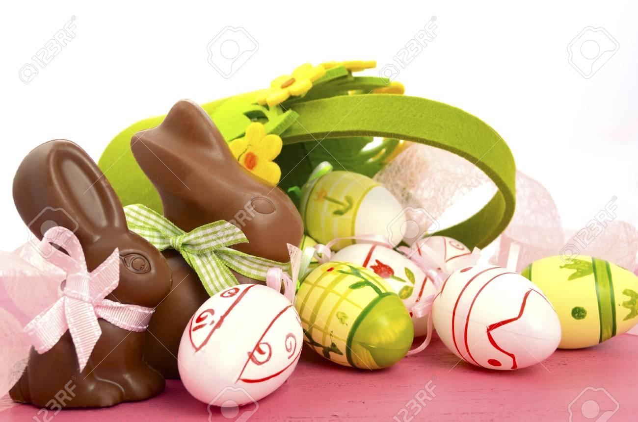 Frohe Ostern Schokolade Hase Kaninchen Mit Korb Der Rosa, Weiße Und ...