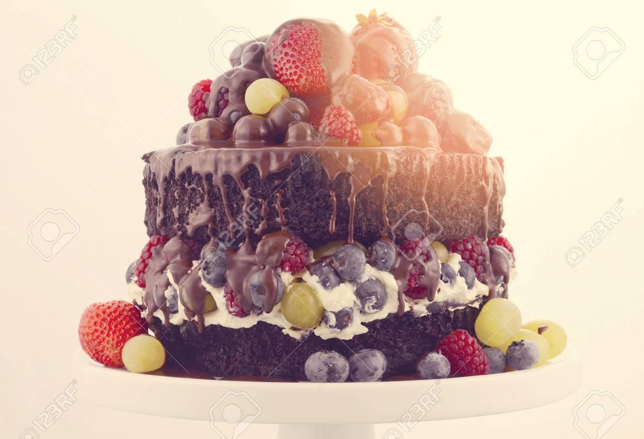 Doppelschicht Chocolate Mud Kuchen Mit Schlagsahne Und Obst Auf Weiss