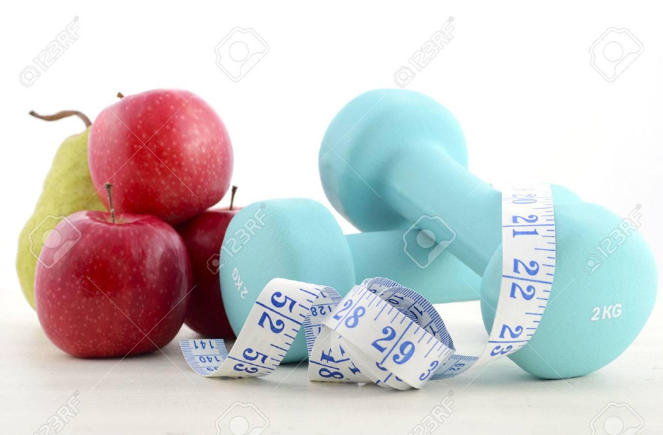 Immagini Stock Salute E Benessere Concetto Con Manubri Blu Metro E Frutta Fresca Su Bianco In Difficolta Tavolo Di Legno Sfondo Image 40318597