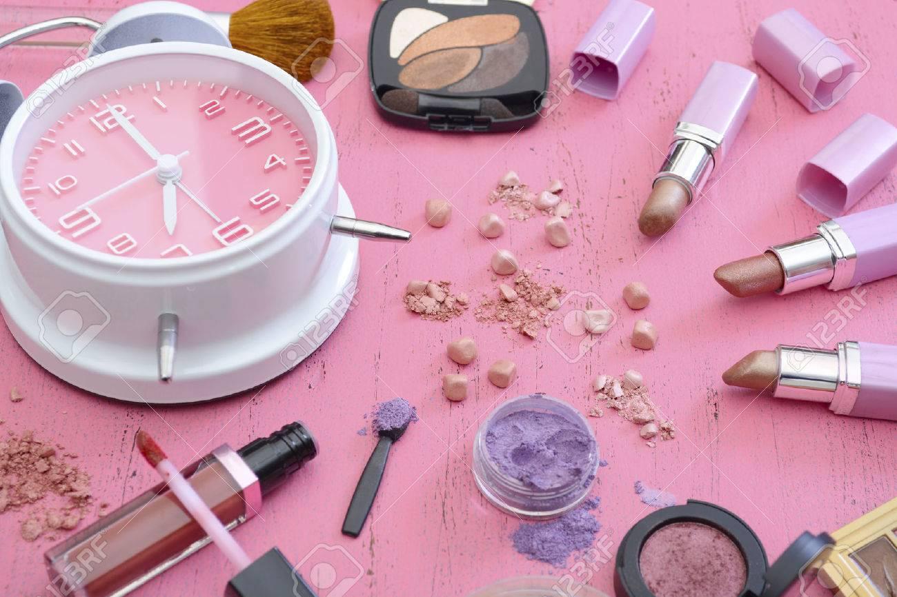 Tôt le matin, routine de maquillage et de produits sur table vintage chic minable de bois de rose.