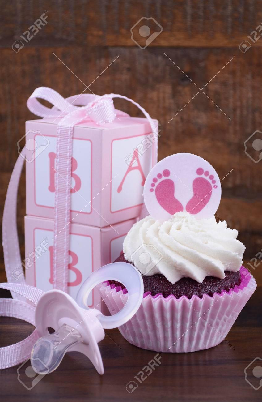 Sein Ein Madchen Rosa Babyparty Kuchen Und Geschenk Box Auf Vintage