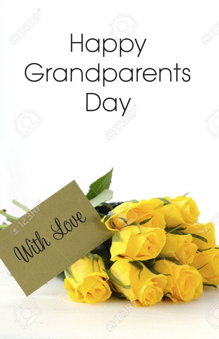 Cadeau De Roses Jaunes Avec Carte De Voeux Damour Pour La Fête Des Grands Parents Sur Table En Bois Vintage Blanc Et Exemple De Texte