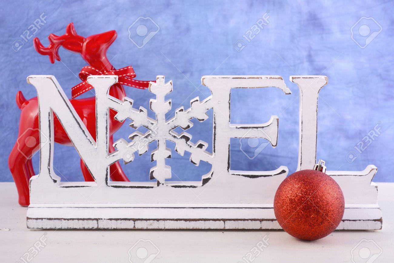 Moderne Weihnachtsdekorationen Kaminsims Mit Holz Noel Wort Gegen Einen  Blauen Und Weißen Hintergrund. Standard