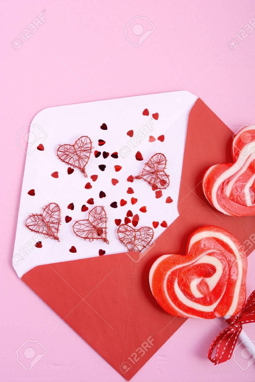 Happy Valentines Day Abrió La Carta De Amor Sobre Con Rojo Piruleta