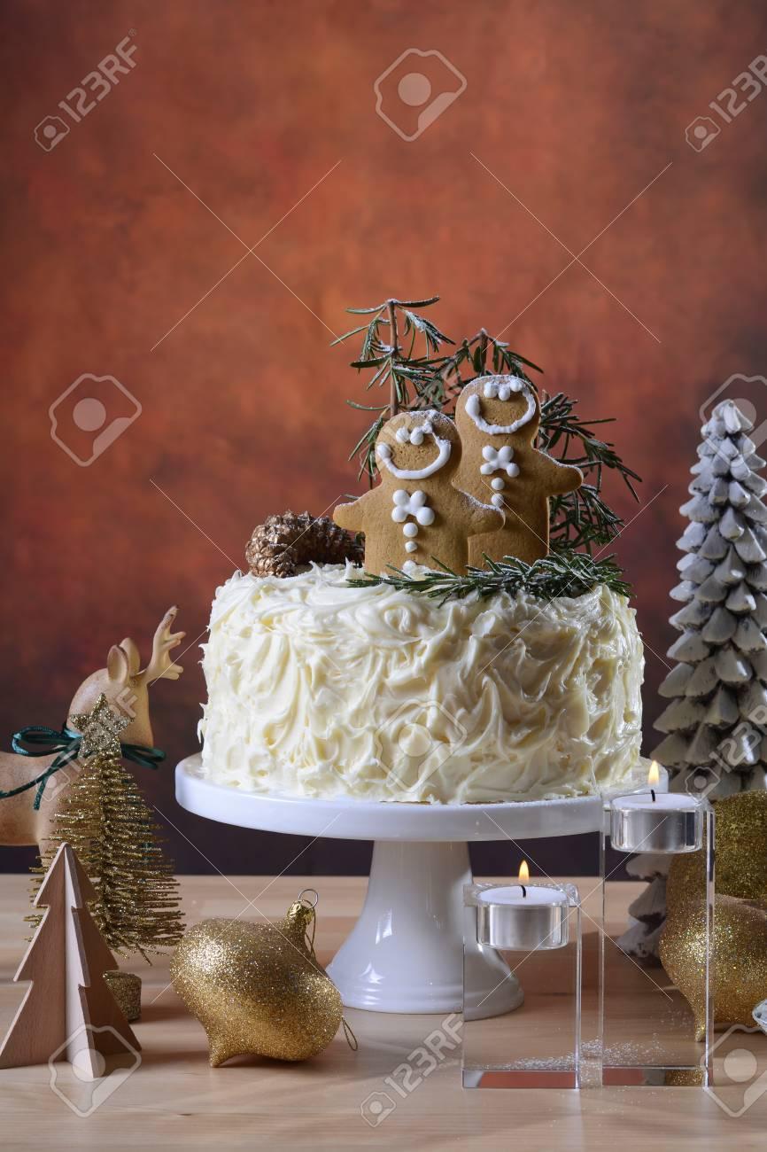 Tavolo Torta Bianco E Nero.Festive Festivita Festone Di Natale Centrotavola Torta Al Cioccolato Bianco Con Decorazioni Per Cuocere E Rosmarino Uomo In Un Tavolo Rustico Moderno