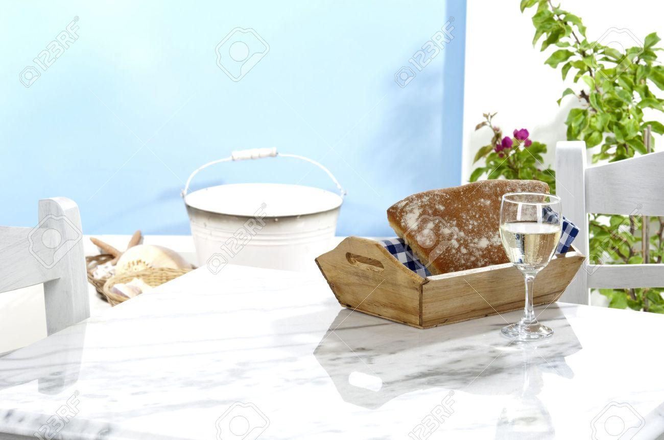 Une table traditionnelle dans une taverne grecque avec un espace décoration  rustique pour le produit