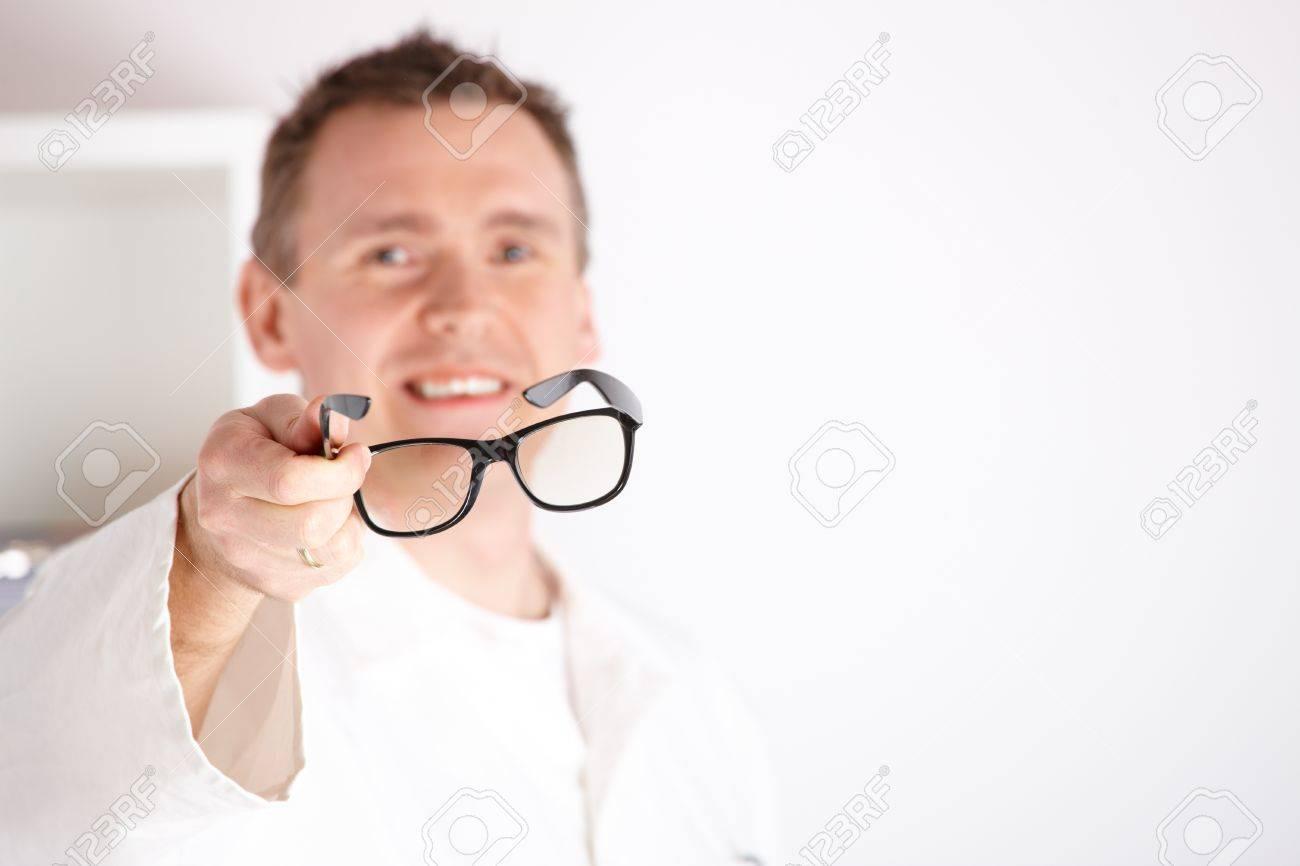 Banque d images - Opticien mâle oculiste offrant des verres à un patient 2ab4807a238d