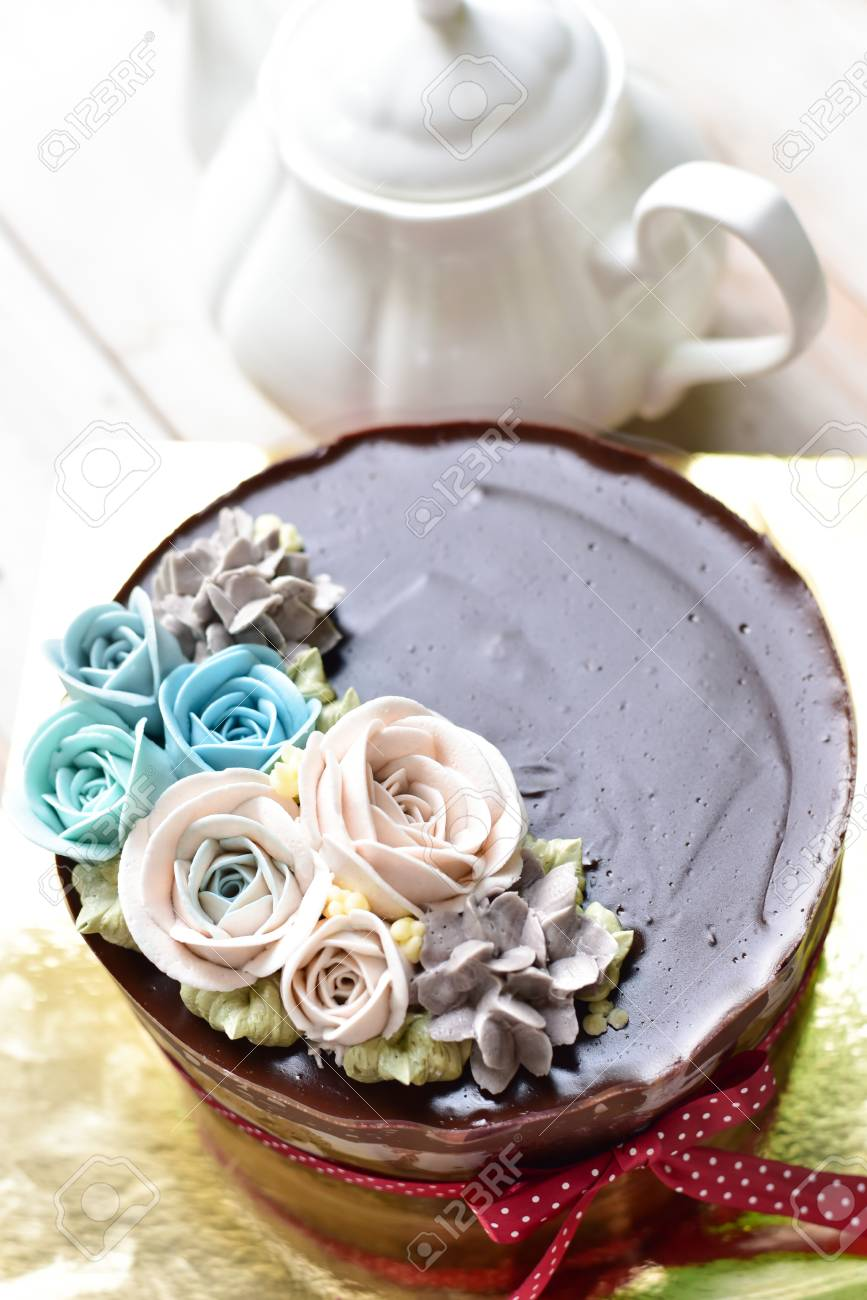 Chocolate Fudge Cake Decorated With Buttercream Flowers Lizenzfreie
