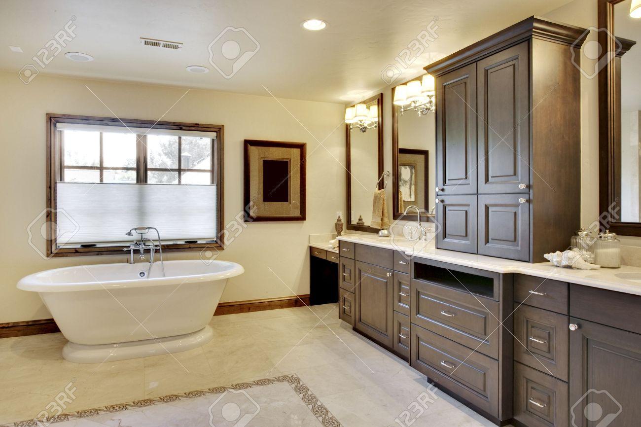 archivio fotografico vista ad angolo della stanza da bagno con vasca e mobili