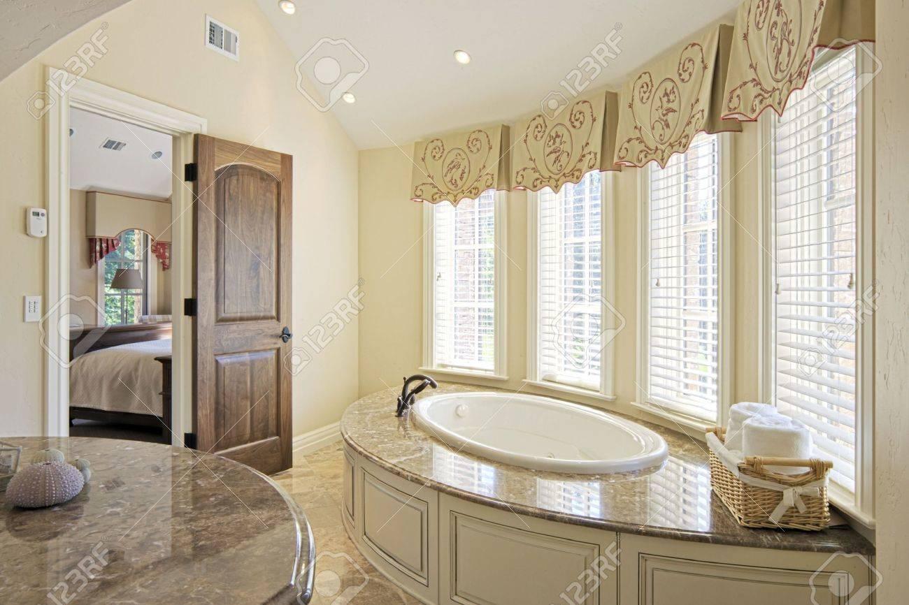 Elegante cuarto de baño y gran bañera