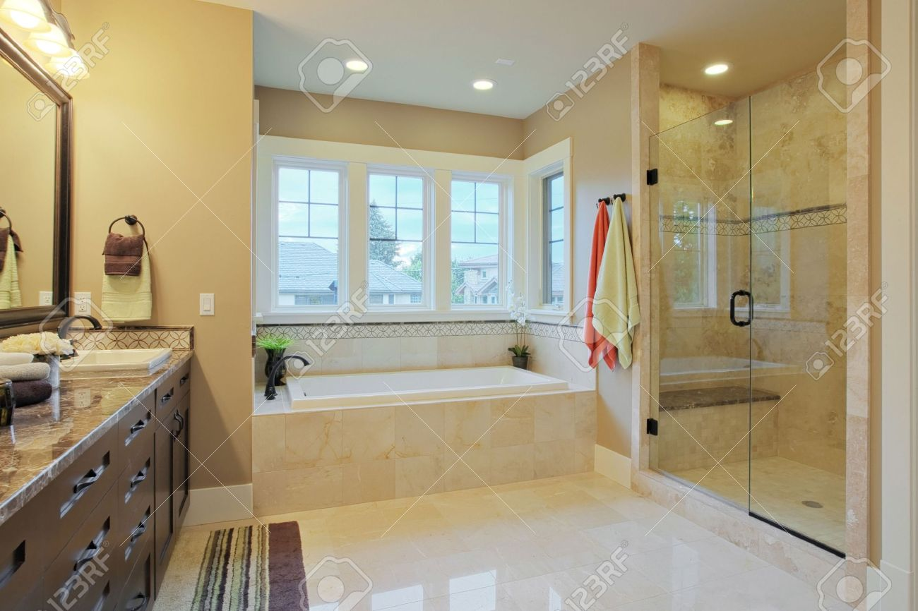 Luxus Badezimmer Mit Granit Arbeitsplatten Und Bodenbeläge Standard Bild    5289602
