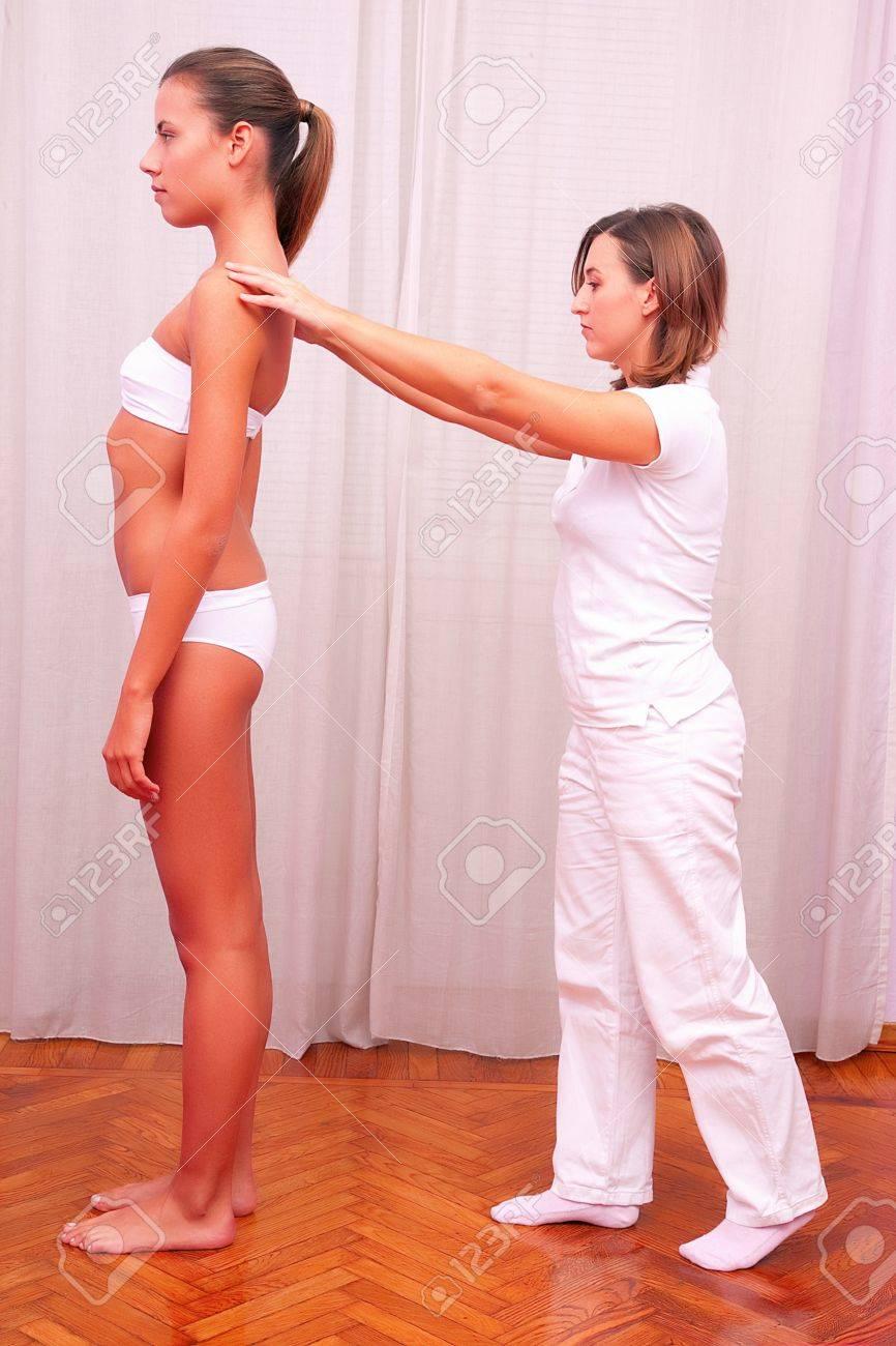 Fisioterapeuta Evaluación Postural Fotos, Retratos, Imágenes Y ...
